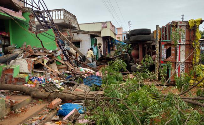 Lorry Roll Overed To House In PSR Nellore - Sakshi