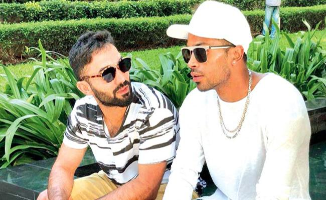 Hardik Pandya Expresses Love For Dinesh Karthik - Sakshi