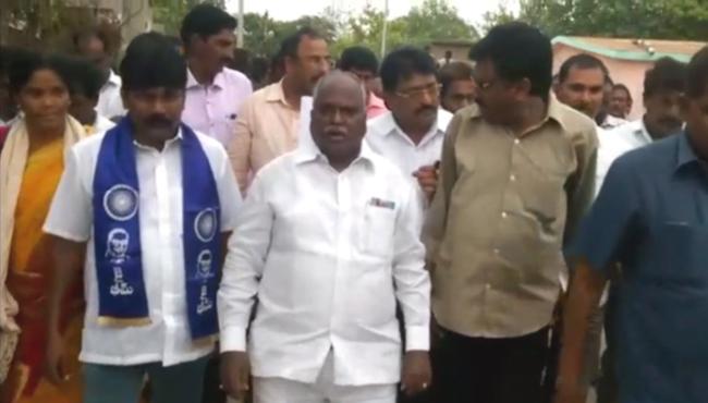 National SC ST Commission Member Ramulu Visits Rapuru Dalit Families - Sakshi
