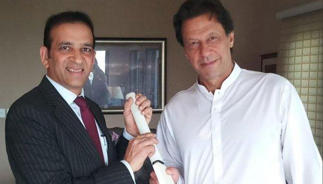 PM Modi gifts cricket bat to Pakistan's PM-in-waiting Imran Khan - Sakshi