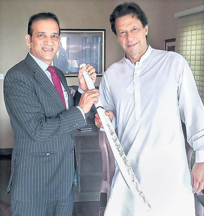 PM Modi gifts cricket bat to Pakistan's PM Imran khan - Sakshi