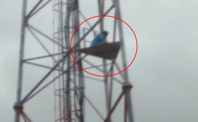 Vijay Kumar Demands For AP Special Status On Cell Tower - Sakshi