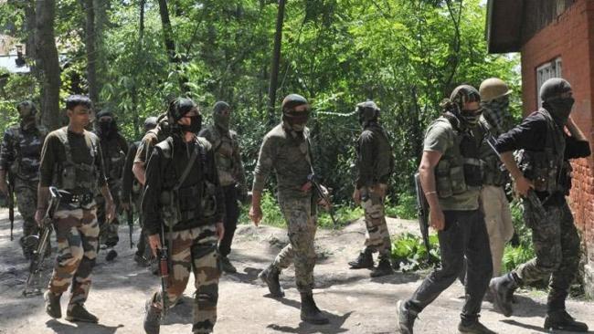 1 killed, 3 injured in encounter in Kashmir's Batmaloo - Sakshi