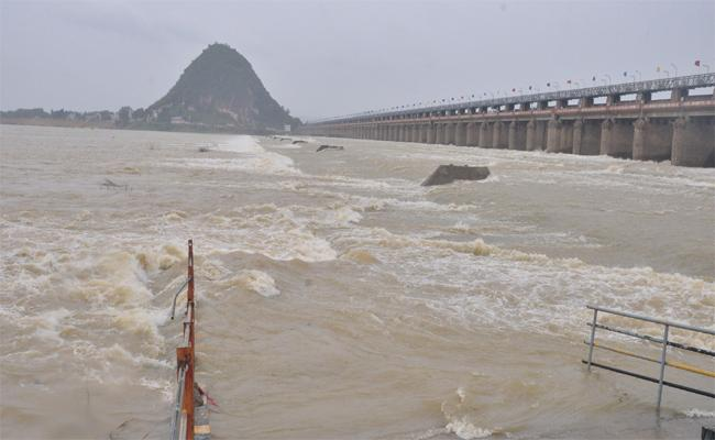 Krishna River Water Flow At Prakasam Barrage In Vijayawada - Sakshi