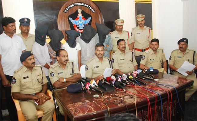Saree Thiefs Arrest In Guntur - Sakshi