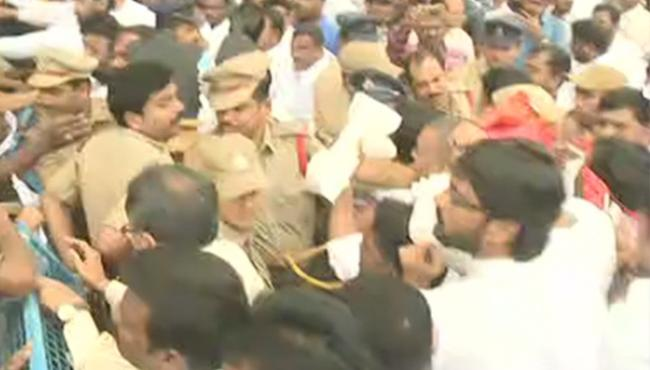 OU Students Fight at Haritha Hotel Over Rahul Tour - Sakshi