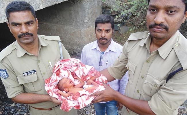Mother Leav Birth Child In Kurnool Railway Station - Sakshi