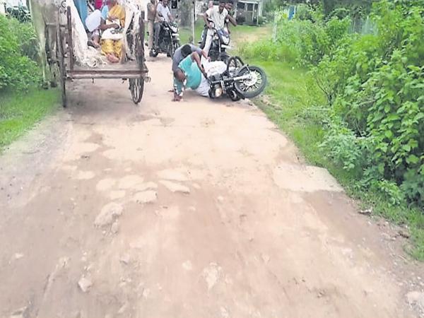 Speaker Madhusudanachari fall down in bike rally - Sakshi