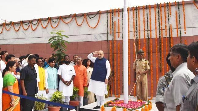 BJP president Amit Shah fumbles during flag hoisting - Sakshi