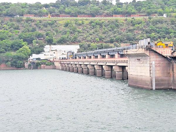 Flow of one lakh cusecs water into the Almatty and Narayanpur - Sakshi