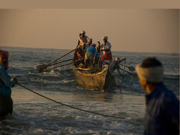 Kakinada Fisher Men Is Safe In Kaligngapatnam - Sakshi