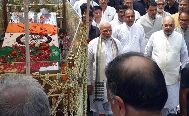 Great tribute to AtalBihariVajpayee  by PM Modi,  Amit Shah - Sakshi