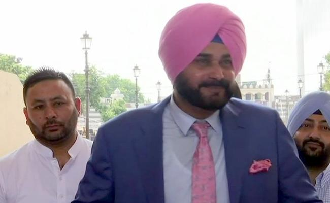 Sidhu Arrives PAK to attend Imran Khan Oath Ceremony - Sakshi