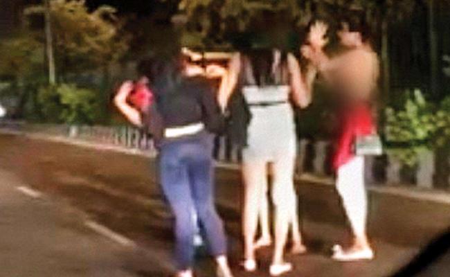 Transgenders Strip Naked in South Delhi Green Park - Sakshi