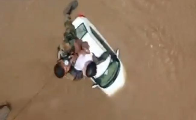 Indian Air Force Rescues A Toddler From Rooftop In Kerala flood - Sakshi
