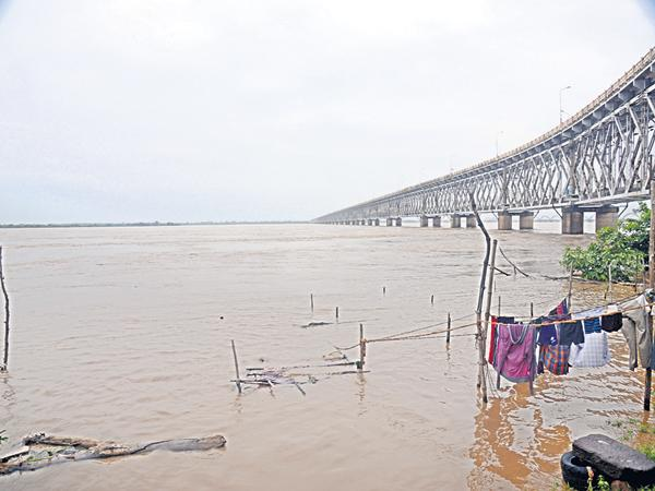 Flood flow to Krishna and Godavari - Sakshi