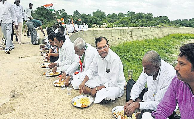 Singur Project Water For Congress Leaders  Protest In Medak - Sakshi