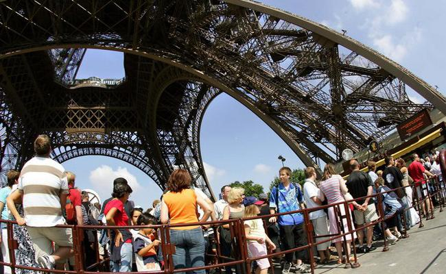 Eiffel Tower Closed By Staff Strike Over Visitors Long Queues - Sakshi