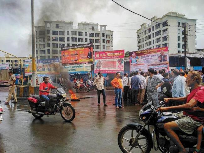 Maharashtra government offers sops to Maratha youths - Sakshi