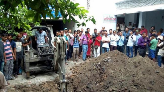 Left RJD  Congress Protest Against Sexual Abuse In Muzaffarpur - Sakshi