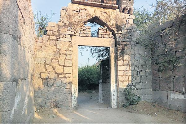 Wonder construction of Molangur Fort - Sakshi