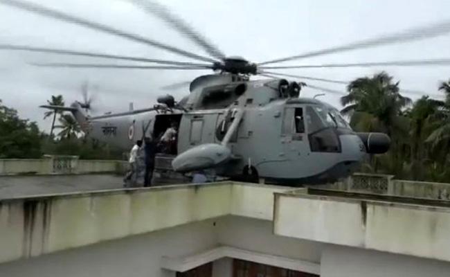 Pilot Who Made Rooftop Landing in Kerala - Sakshi