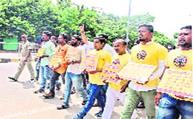 Puri Jagannadh Swami Divittes Protest - Sakshi