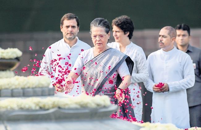 sonia gandhi rahul gandhi manmohan singh pay tributes - Sakshi