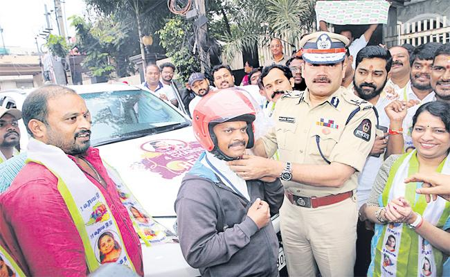 Helmet Gift to Your Brothers In This Rakhi Festival : Hyderabad CP - Sakshi