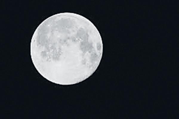 Snow landmarks on the moon - Sakshi