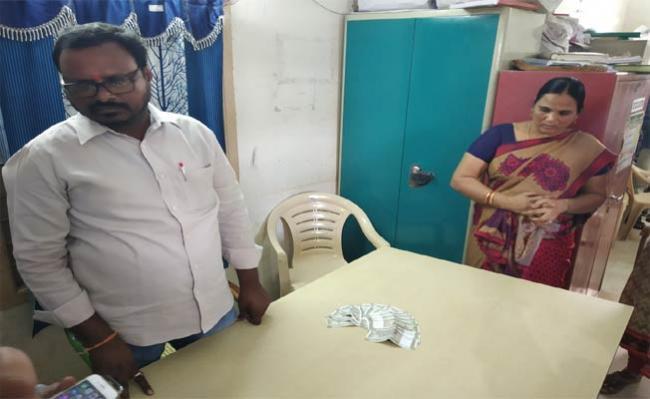 Municipal Employees In ACB Trap - Sakshi