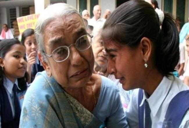 Full Story Behind The Viral Grandmother-Granddaughter Photo - Sakshi