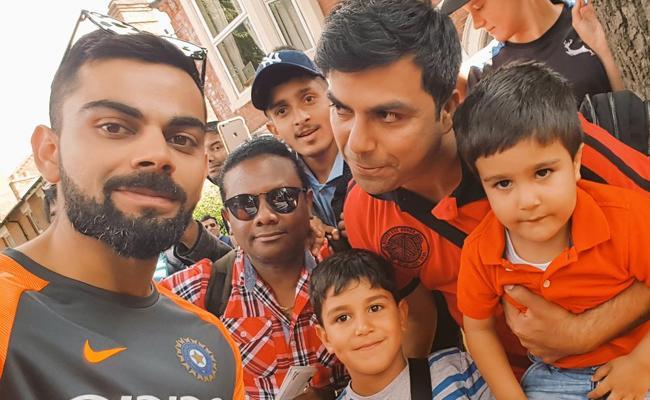 Virat Kohli Enjoy With His Fans And Give Autographs - Sakshi