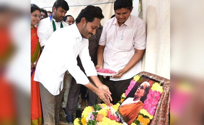 Ys Jagan Pays Tributes To Tanguturi Prakasam Pantulu - Sakshi