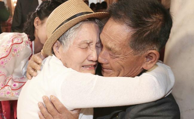 South Korean Mother Met Her Son In North Korea After 68 Years - Sakshi