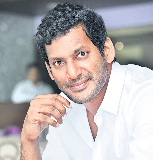 Vishal and Lingusamy Gifts Gold Coins - Sakshi