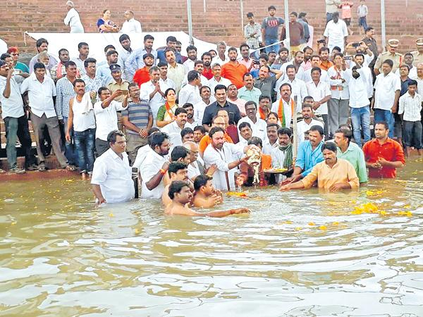 Vajpayee ashes immersed in Tungabhadra - Sakshi