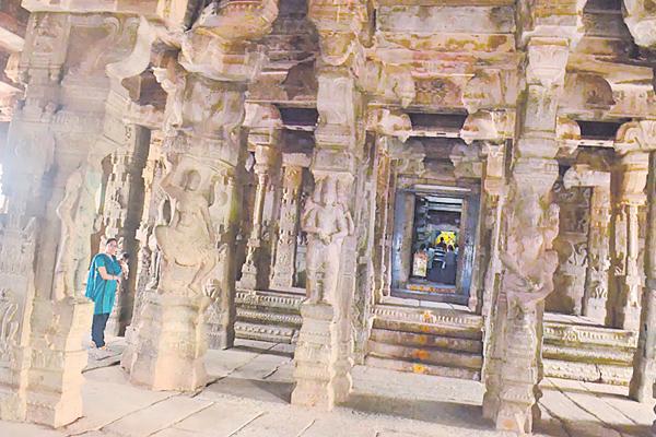 Veerabhadra swamy temple in Lepakshi - Sakshi