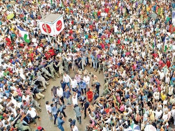 Raksha Bandhan Celebrations At Praja Sankalpa Yatra - Sakshi