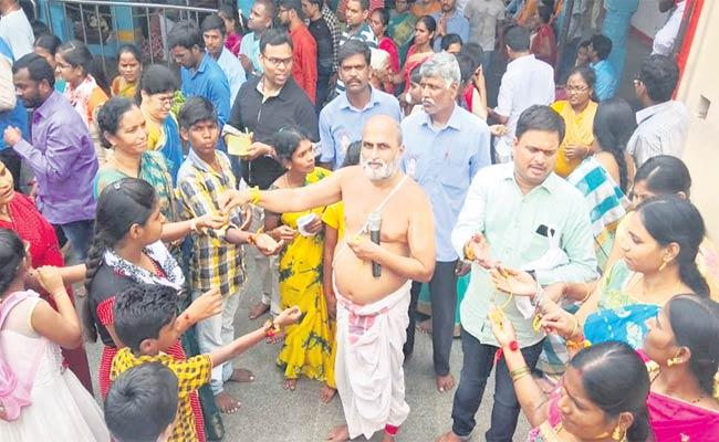 Raksha Bandhan Celebrations In Chilukuru Balaji Temple - Sakshi