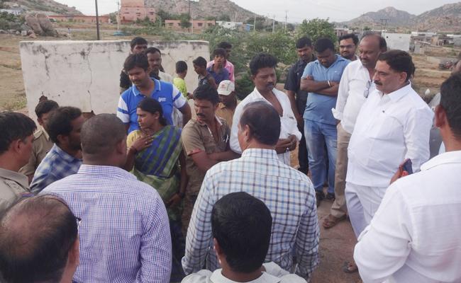 Minister Kalva srinivasulu threatens Sakshi journalist