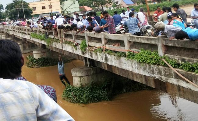 man Jumped In Drain West Godavari - Sakshi