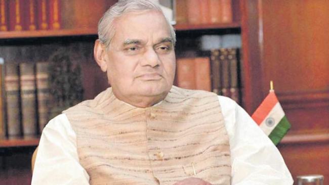 Vajpayee sensed defeat in 2004 LS polls - Sakshi