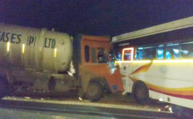 Lorry And Bus Accident In East Godavari - Sakshi