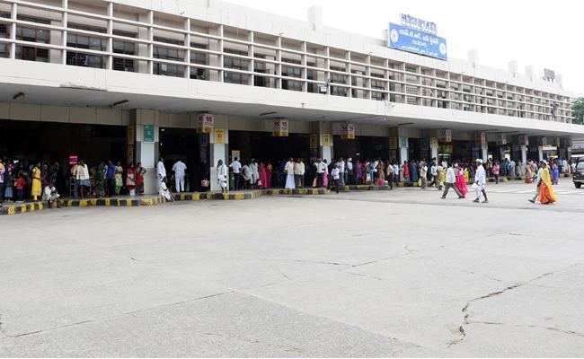People Suffered With Bus Shortages In Guntur - Sakshi