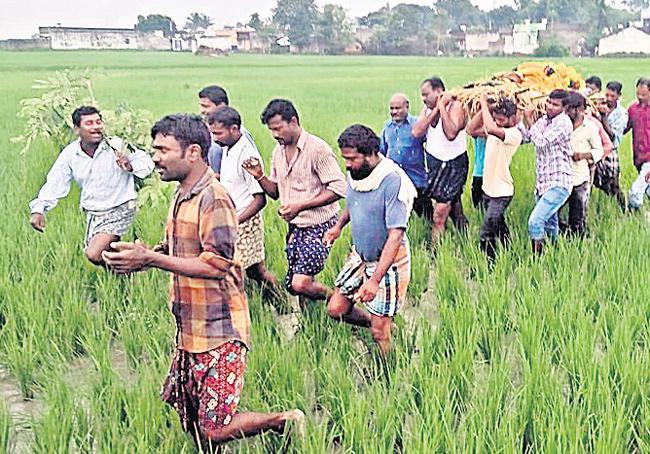 People suffering over no Road to Crematorium - Sakshi