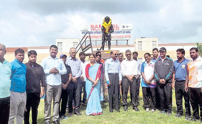 Hockey legend Dhyan Chand remembered on his birthday - Sakshi