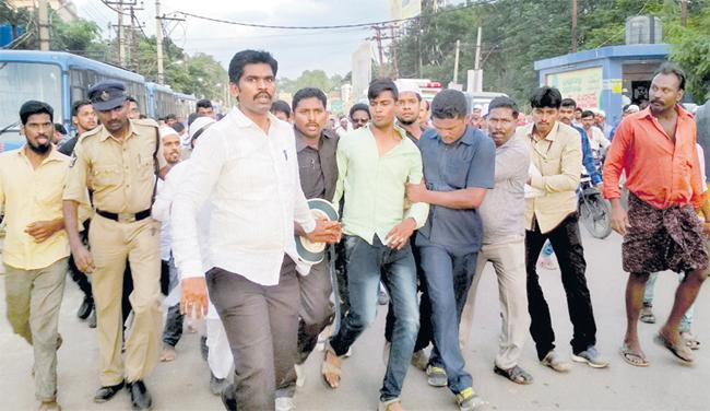 Muslim Families Fire on CM Chandrababu - Sakshi