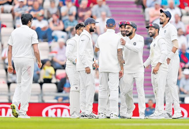 Indian pacers dismiss England for 246 on day 1 - Sakshi