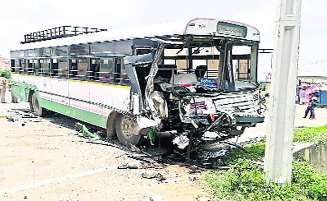 21  People Injured In Bus Accident  - Sakshi